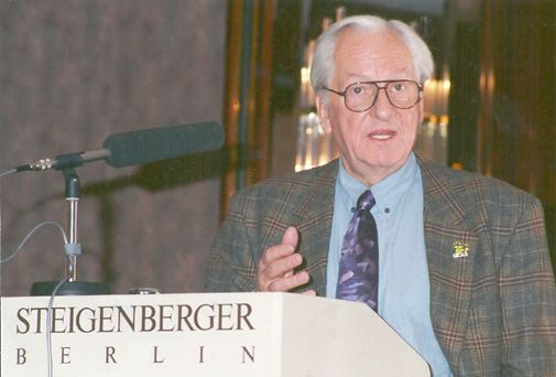 Dr. med. Helmut Heusinger referiert im Steigenberger Hotel, Berlin.